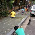 「コーヒープリンス1号店」の前で記念撮影する現地の人
