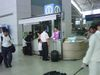 空港の案内の人も民族服